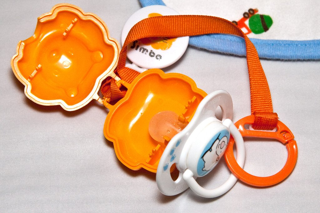 simba pacifier strap hook with storage case to protect pacifier